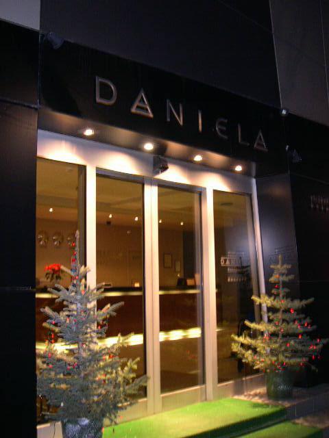 """Viešbučio """" Daniela"""", kuriame viešėdamas Kaune buvo apsistojęs Džeremis, savininkas – NBA daug uždirbęs vaikinas. Jis investavo pinigus į viešbutį ir kitas gan rizikingas įmones, o dabar viešbutyje, kuriame yra tinkamo ilgio lovų, gana dažnai apsistoja krepšininkų komandos."""