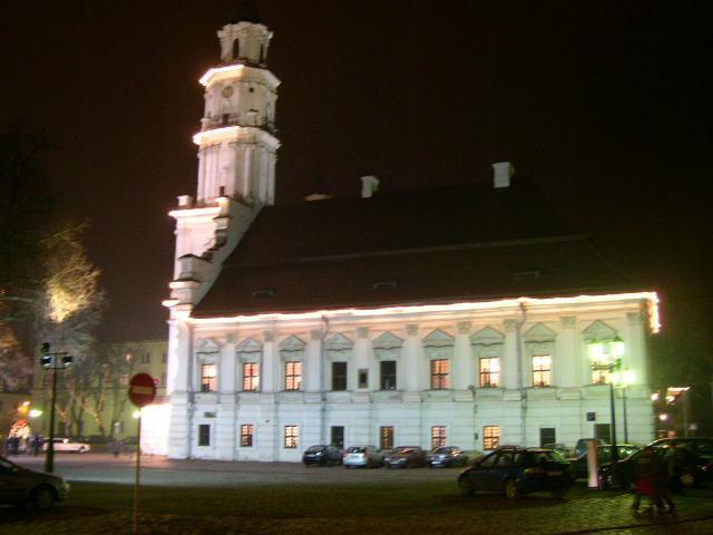 Kauno rotušė, neskoningai išpuošta Kalėdoms, bet nepaisant to - gražus pastatas.