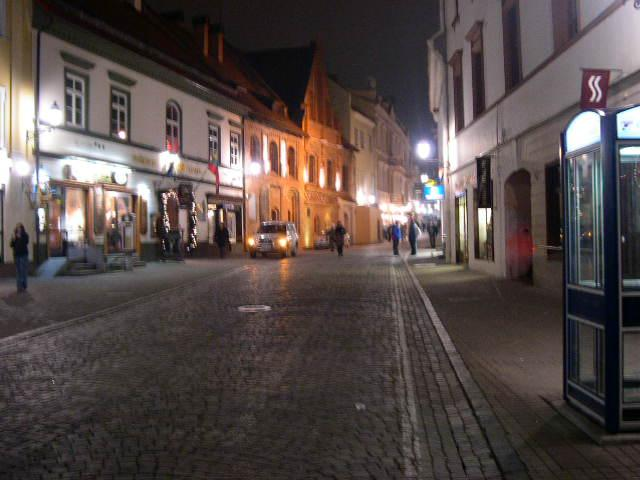 Vilniaus senamiestis, kuriame gausu tradicinių (ir ne tik) užeigų ir mielų parduotuvėlių, kuriose prekiaujama gintaru ir linu.